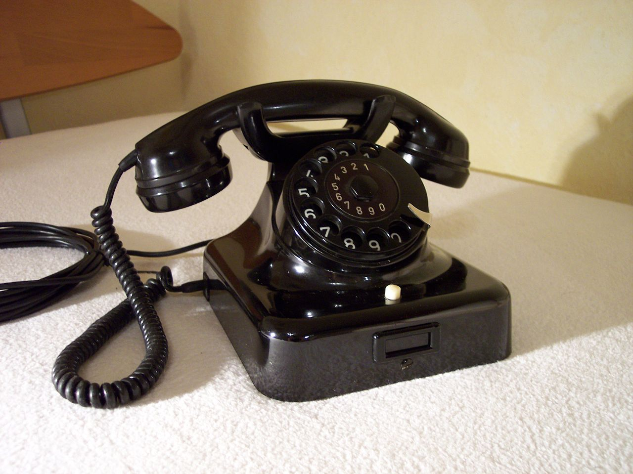 1280px-Telefon-W49